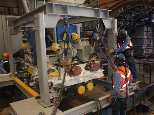Equipe técnica realiza ajustes finais para embarque do cradle