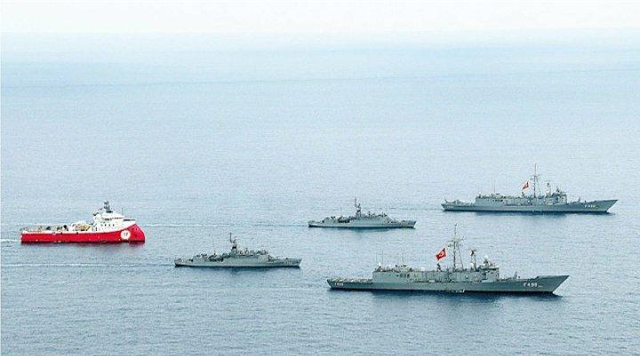 O navio de pesquisas turco Oruç Reis acompanhado por navios da Marinha Turca