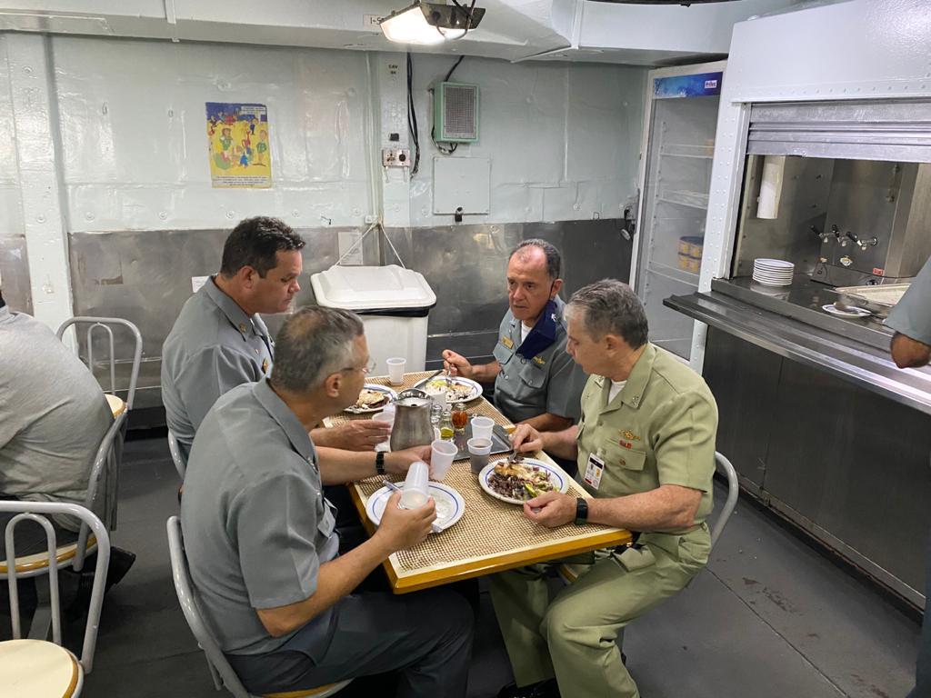Almoço na Coberta de Rancho de Suboficiais