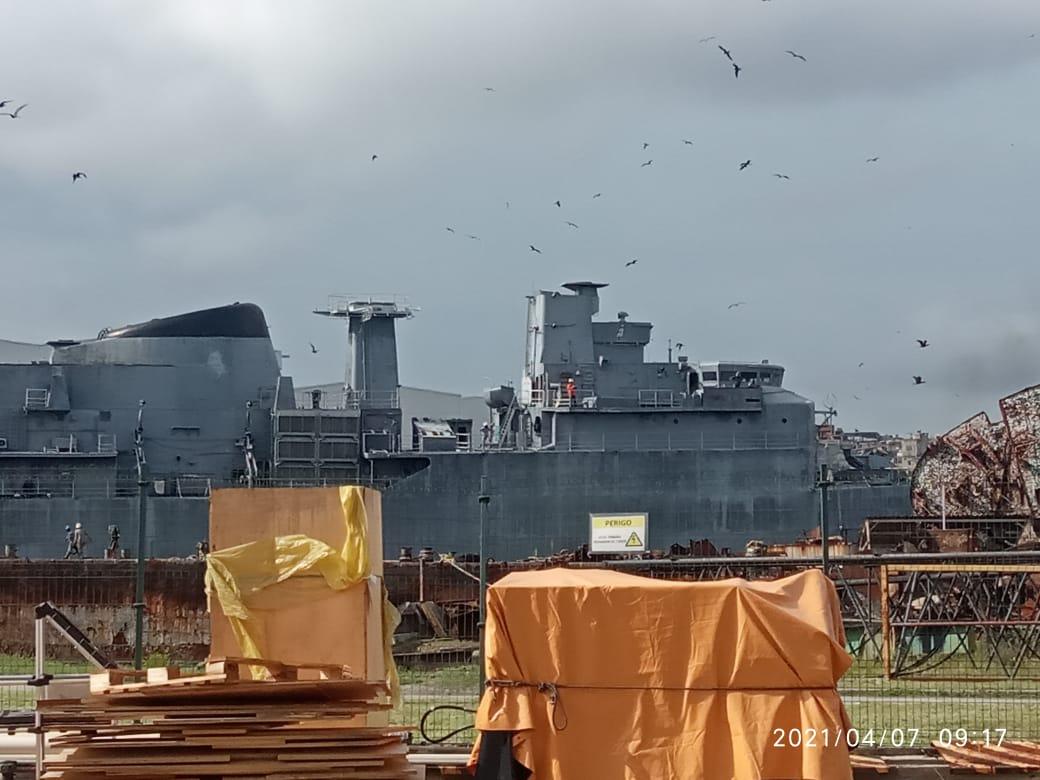 Fragata Niterói na Ilha do Fundão para ser desmanchada